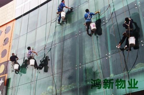 高空清洗外墙玻璃